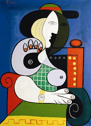 Mujer sentada llevando un reloj de pulsera
