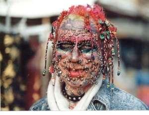 """Este tipo """"pasó los quirios"""" hasta que le pusieron todos los piercings."""