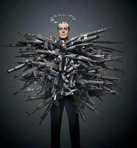 Me han dicho que no puedo entrar con armas... ¿alguien me deja una camiseta?