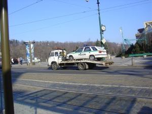 La grúa se lleva un coche de la policia. ¿Estaria mal aparcado?