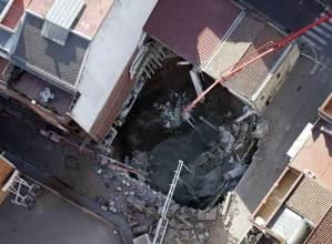 Vista aérea de un socavón en el barrio.