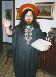 Este tipo es Stallman, el padre santo del software libre.  Quizá muera virgen, pero es un tipo admirable.