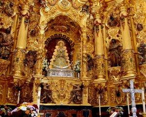 Sí, debajo de esos ropajes, esas joyas y toda esa parafernalia, está la Virgen del Rocío.