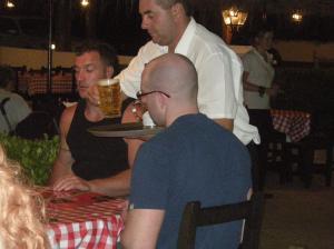 sujeto pidiendo cerveza antes de instalar Linux en una paella mixta